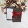 Kép 2/2 - Masni díszes ajándékdoboz karkötőknek 8x5 cm barna
