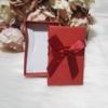 Kép 2/2 - Masni díszes ajándékdoboz karkötőknek 8x5 cm piros