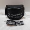 Kép 1/6 - Keresztpántos női táska felirattal fekete