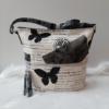 Kép 1/5 - Pillangó mintás bojt díszes oldaltáska fekete