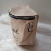 Kép 4/6 - Keresztpántos női táska felirattal vajszínű