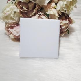 Ajándékdoboz karkötőknek 8,5x8,5 cm fehér
