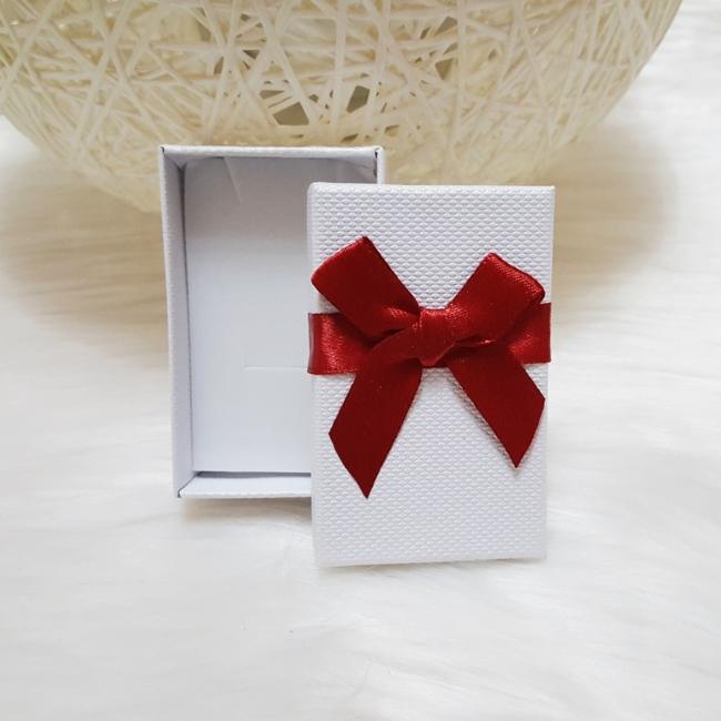 Masni díszes ajándékdoboz karkötőknek 8x5 cm fehér