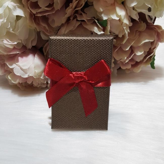 Masni díszes ajándékdoboz karkötőknek 8x5 cm barna