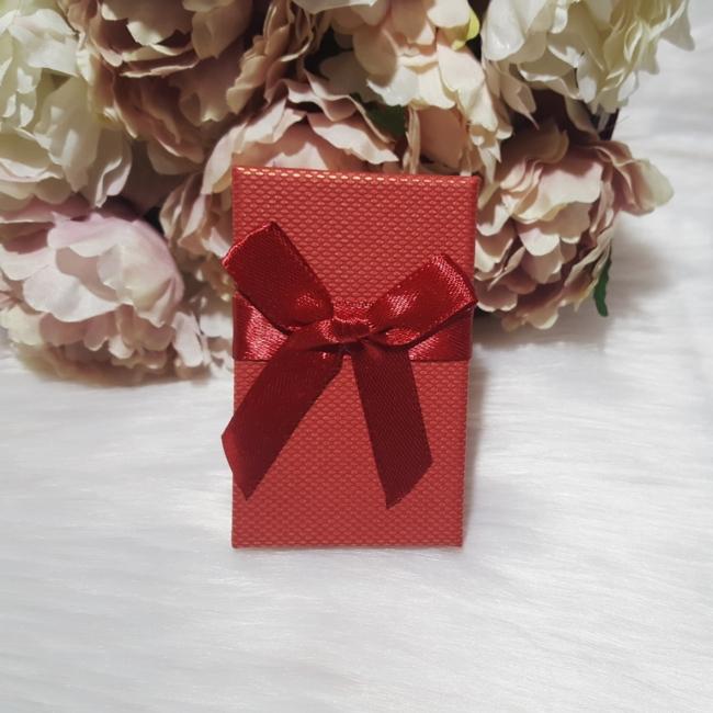 Masni díszes ajándékdoboz karkötőknek 8x5 cm piros